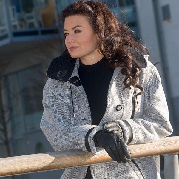 Modebild med vinterkappa
