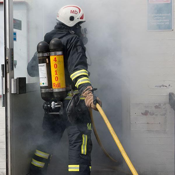 Brandman under rökdykning