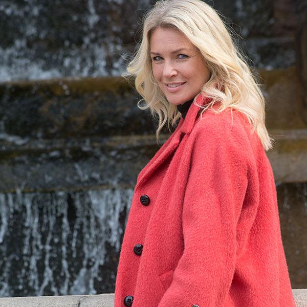 Modebild med röd kappa